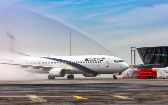 Le premier vol Tel Aviv-Nice opéré par El Al atterrissant à l'aéroport Nice-Côte d'Azur, le jeudi 5 avril 2019. (Crédit photo : El Al / Twitter)