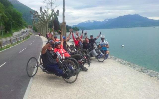 Lescyclistes de l'association Bet Halochem lors d'un voyage sur les routes de Genève. (Crédit photo : Handibiketrip.org)