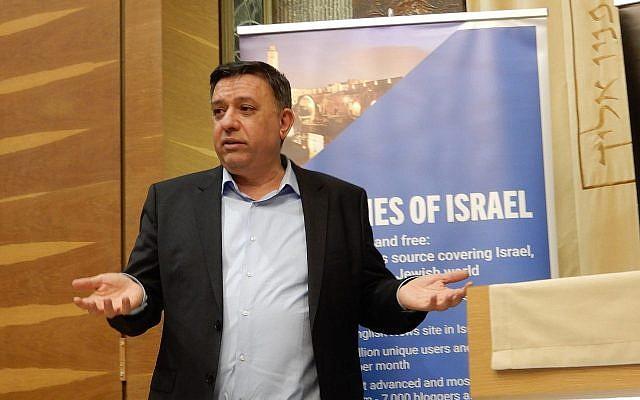Le chef du parti du Labour Avi Gabbay lors d'un événement parrainé en partie par le Times of Israel, le 31 mars 2019 (Crédit :  Melanie Lidman/Times of Israel)