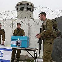 Photo d'illustration : Des soldats israéliens votent pour la 18e Knesset à un check-point de Cisjordanie près de Bethléem, le 9 février 2009. (Crédit : Nati Shohat/Flash 90)