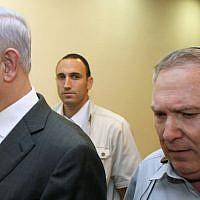 Le Premier ministre Benjamin Netanyahu avec son chef de cabinet de l'époque Natan Eshel, le 28 août 2011 (Crédit : Amit Shabi/pool/Flash90/File)