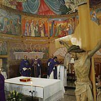 Le patriarche latin de Jérusalem Fuad Twal, le chef de l'église catholique romaine en terre sainte, lors d'une messe d'avant Noël à l'église latine de Gaza, le 16 décembre 2012 (Crédit :  Abed Rahim Khatib/Flash90)