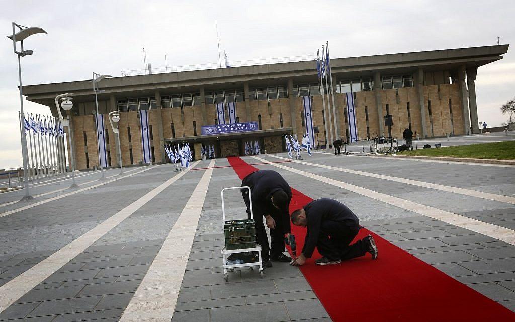 Un tapis rouge installé en amont de l'ouverture de la 19ème Knesset, le 5 février 2013 (Crédit : Miriam Alster/Flash90)
