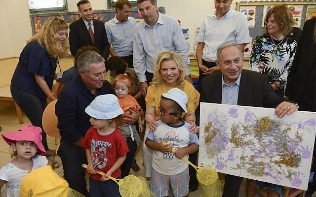 Le Premier ministre Benjamin Netanyahu et son épouse Sara lors d'une visite à Aleh Negev, un village de réhabilitation pour enfants et adultes handicapés près d'Ofakim au sud d'Israël, le 28 juillet 2016. (Haim Zach/GPO)