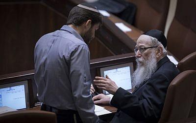 Bezalel Smotrich (à gauche), député du Foyer juif, s'entretient avec le ministre de la Santé, Yaakov Litzman, lors d'une séance plénière à la Knesset, le 25 janvier 2017. (Yonatan Sindel / Flash90)
