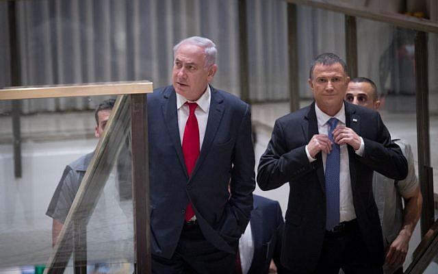 Le Premier ministre Benjamin Netanyahu (à gauche) et le président de la Knesset Yuli Edelstein arrivent pour un événement conjoint organisé entre le Parlement israélien et le Congrès américain, célébrant le 50eanniversaire de la réunification de Jérusalem à la Knesset, le 7 juin 2017. (Crédit : Yonatan Sindel/ Flash90)