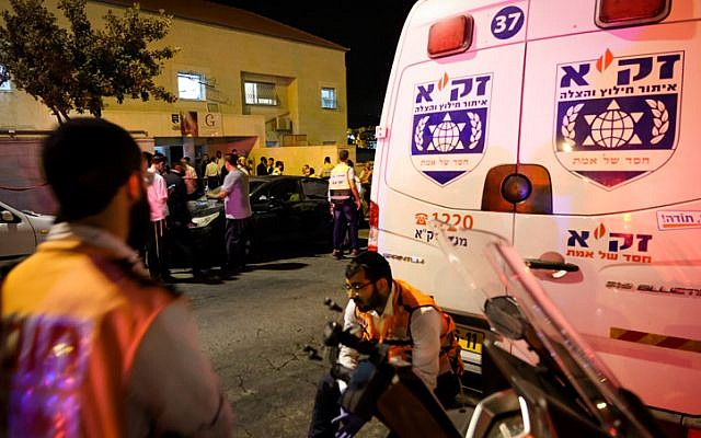 Photo d'Illustration. Des ambulances et les services d'urgence à Beitar Illit, en Cisjordanie, le 9 octobre 2018 (Crédit : Nati Shohat/Flash90/File)