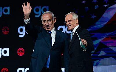 Le Premier ministre Benjamin Netanyahu (à gauche) et Richard Sandler, président du conseil d'administration de la Jewish Federation of North America, lors de l'Assemblée générale de la JFNA à Tel Aviv, le 24 octobre 2018. (Tomer Neuberg/Flash90)