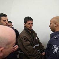 La police escorte Arafat Irfaiya, accusé du meurtre d'Ori Ansbacher, 19 ans, au tribunal correctionnel de Jérusalem, le 11 février 2019. (Yonatan Sindel/Flash90)