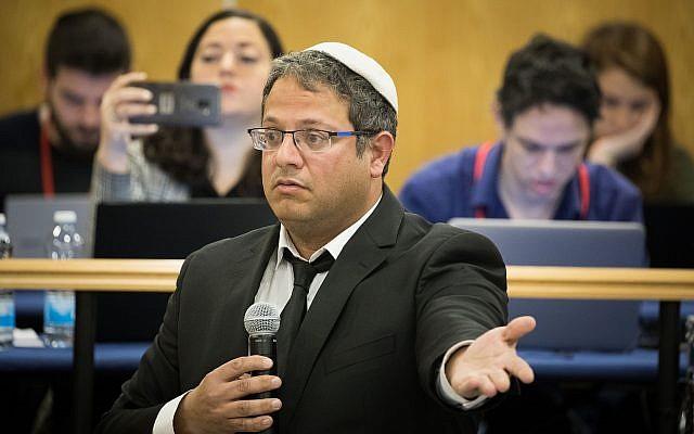 Itamar Ben Gvir, candidat d'Otzma Yehudit, prend la parole devant la Commission centrale électorale pour les élections de la 21e Knesset lors d'un débat sur une requête pour sa disqualification et celle de Michael Ben Ari aux élections, le 6 mars 2019, à la Knesset. (Noam Revkin Fenton/Flash90)