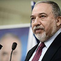 Le dirigeant du parti Yisrael Beytenu, Avigdor Liberman, s'exprime lors d'une conférence de presse à Tel Aviv, le 19 mars 2019. (Tomer Neuberg/Flash90)