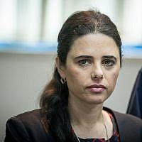 La ministre de la Justice Ayelet Shaked écoute le rapport annuel du contrôleur de l'Etat au ministère de la Justice de Jérusalem, le 24 mars 2019 (Crédit :  Yonatan Sindel/Flash90)