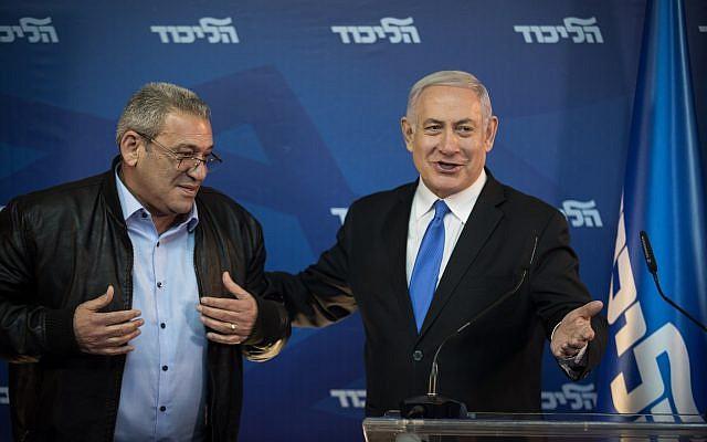 Le Premier ministre Benjamin Netanyahu accueille Giora Ezra, militant d'extrême droite du Likud, lors d'une conférence de presse à la résidence du Premier ministre à Jérusalem, le 1er avril 2019. (Crédit : Hadas Parush/Flash90)