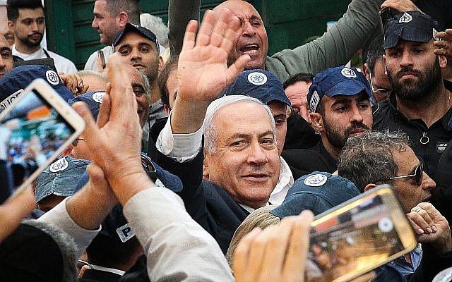 Le Premier ministre Benjamin Netanyahu visite le marché Hatikva de Tel Aviv, le 2 avril 2019. (Crédit : Flash90)