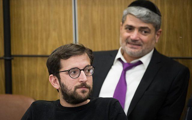 Le directeur de campagne du Likud Jonathan Orich et le chargé de campagne Yitzhak Haddad (dans le fond) assistent à une réunion de la commission centrale électorale à la Knesset le 3 avril 2019. (Crédit : Yonatan Sindel/Flash90)