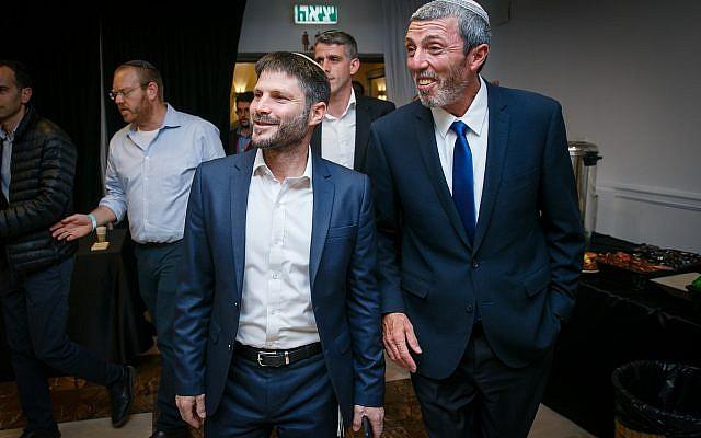 Le dirigeant de l'Union des partis de droite Rafi Peretz (à droite) et le député Bezalel Smotrich sont accueillis par des partisans au siège du parti, le 9 avril 2019. (Flash90)