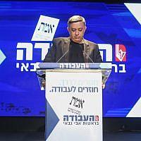 Le chef du Parti travailliste Avi Gabbay s'exprime devant ses partisans et les médias à l'annonce des résultats des élections au siège du parti à Tel Aviv, le 9 avril 2019. (Crédit : FLASH90)