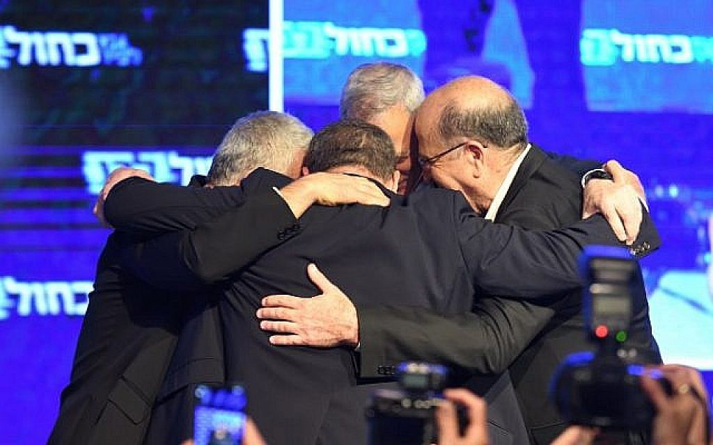 Benny Gantz, président du parti Kakhol lavan, rejoint les chefs de parti après la publication des premiers résultats lors des élections générales au siège du parti à Tel-Aviv, le 9 avril 2019 (Crédit : Gili Yaari / Flash90).