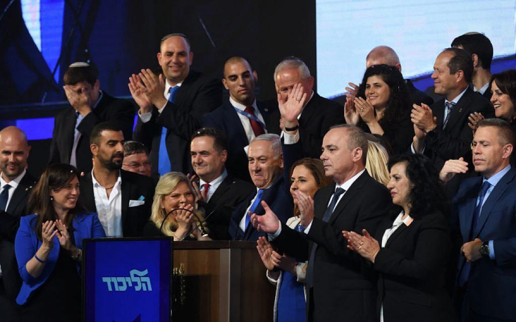 Le Premier ministre Benjamin Netanyahu, aux côtés de candidats du Likud et de députés, assiste à un événement alors que les résultats des élections législatives israéliennes sont annoncés au siège du parti à Tel Aviv, le 10 avril 2019. (Crédit : Gili Yaari / FLASH90)