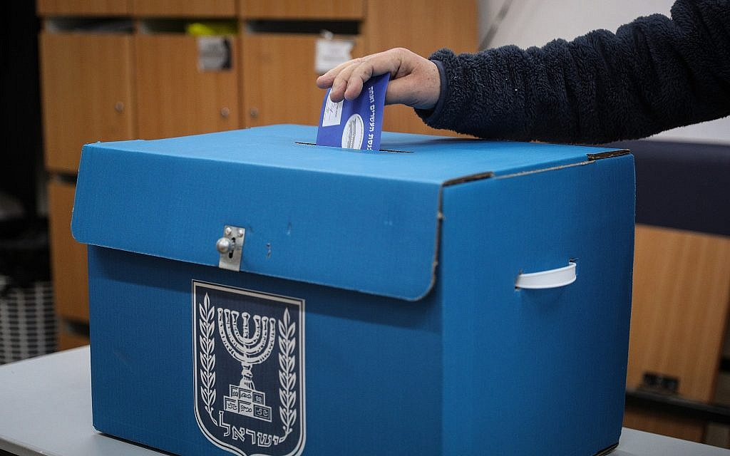 Un citoyen dépose son bulletin de vote dans l'urne d'un bureau de vote de Jérusalem, durant les élections législatives pour la 21e Knesset, le 9 avril 2019. (Crédit : Yonatan Sindel/Flash90)