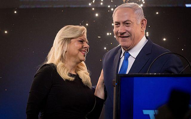 Le Premier ministre Benjamin Netanyahu se réjouit avec son épouse Sara avant de s'adresser aux partisans du Likud alors que les résultats des élections générales israéliennes sont annoncés, au siège du parti à Tel Aviv, au petit matin le 10 avril 2019. (Yonatan Sindel/FLASH90)