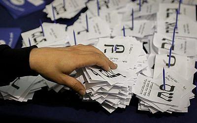 Des responsables dépouilles les votes des soldats et des diplomates, au lendemain des élections, le 10 avril 2019. (Crédit : Noam Revkin Fenton/Flash90)