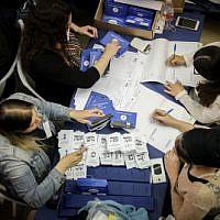 Des Israéliens dépouillent les bulletins de vote encore en attente des soldats et des électeurs de l'étranger au Parlement de Jérusalem, au lendemain des élections générales, le 10 avril 2019. (Noam Revkin Fenton/Flash90)