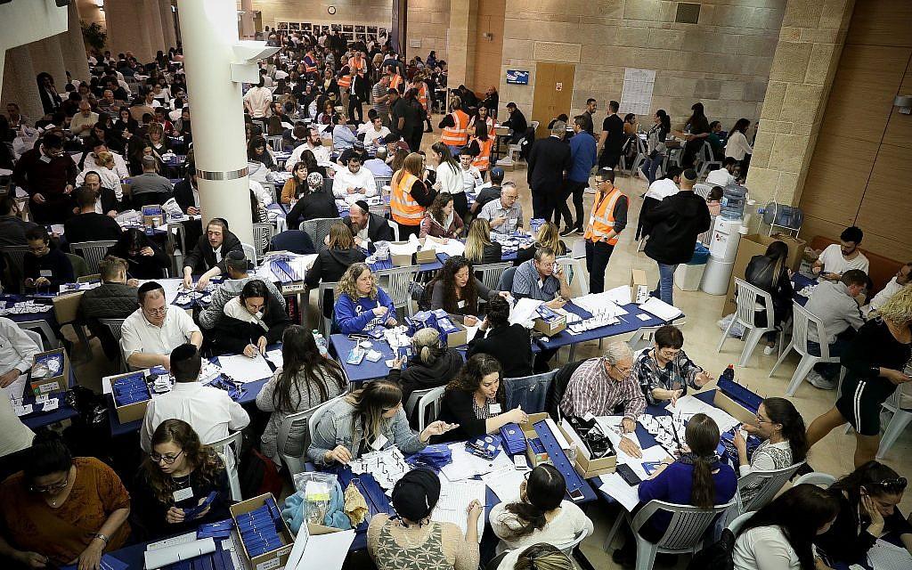 La commission centrale électorale compte les bulletins restants des soldats et des votes par correspondance à la Knesset à Jérusalem, le 10 avril 2019. (Noam Revkin Fenton/Flash90)