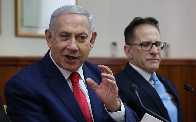Le Premier ministre Benjamin Netanyahu, à gauche, dirige la réunion hebdomadaire du cabinet du Premier ministre à Jérusalem, aux côtés du secrétaire du cabinet, Tzahi Braverman, le 17 mars 2019. (Amit Shabi / Pool / Autorisation)