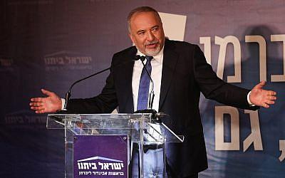Le chef de Yisrael Beytenu Avigdor Liberman lors d'un événement du parti au musée des terres de la bible de Jérusalem, le 15 avril  2019 (Crédit : Yonatan Sindel/Flash90)