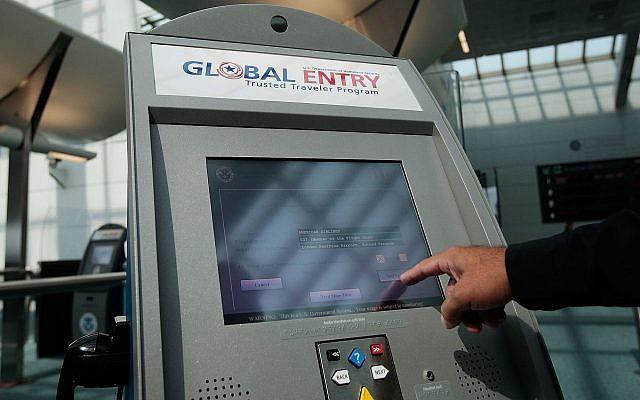 Un officier de la police des frontières américaine montre comment utiliser la nouvelle borne de traitement des arrivées à l'aéroport international de Newark, dans le New Jersey, le 24 août 2009. (Crédit : Chris Hondros/Getty Images via JTA)