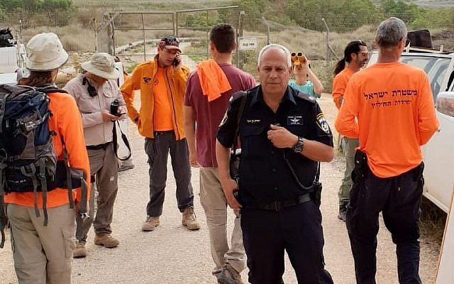 La police et une équipe de bénévoles durant les recherches pour un randonneur porté-disparu de Naplouse, en Cisjordanie, le 30 mars 2019 (Crédit : Police israélienne)