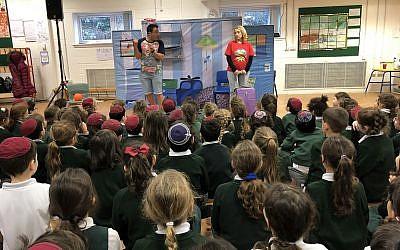 Des acteurs israéliens du théâtre Orna Porat jouent une pièce en hébreu pour plusieurs écoles juives de Londres, une initiative du  JNF -Royaume-Uni pour renforcer Israël et la langue hébreu en tant qu'antidotes contre l'antisémitisme (Crédit :  Jessica Steinberg/ Times of Israel)