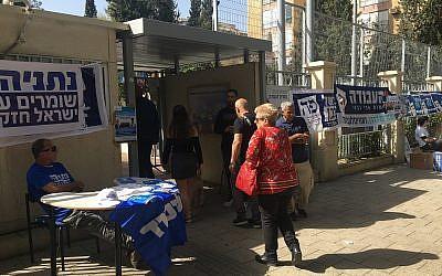 Des électeurs entrent dans un bureau de vote à Rehovot, le 9 avril 2019. (Simona Weinglass/Times of Israel)
