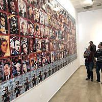 """""""Jesslyn Fax Stories,"""" un pastiche des couvertures du magazine Time, à l'entrée d'une exposition au musée d'Art de Haïfa (Crédit : Jessica Steinberg/Times of Israel)"""
