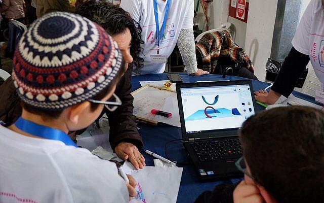 Des enfants travaillent sur un prototype avec leur équipe à 'hôpital Alyn lors du PELEthon annuel, le 2 avril 2019 (Crédit :  Federico Maccioni)