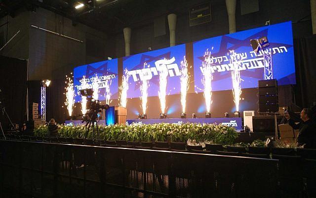 Des installations pyrotechniques au Kvuzat Shlomo de Tel Aviv, où se retrouvera le Likud après les élections, cinq heures environ avant les festivités prévues pour célébrer la victoire du parti. (Crédit : Raphael Ahren/Times of Israel)