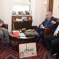Le Premier ministre Benjamin Netanyahu, et Dr. Ido Netanyahu, à gauche, reçoive des objets personnels de leur frère Yoni à Jérusalem, le 15 avril 2019. (Crédit : Amos Ben-Gershom/GPO)