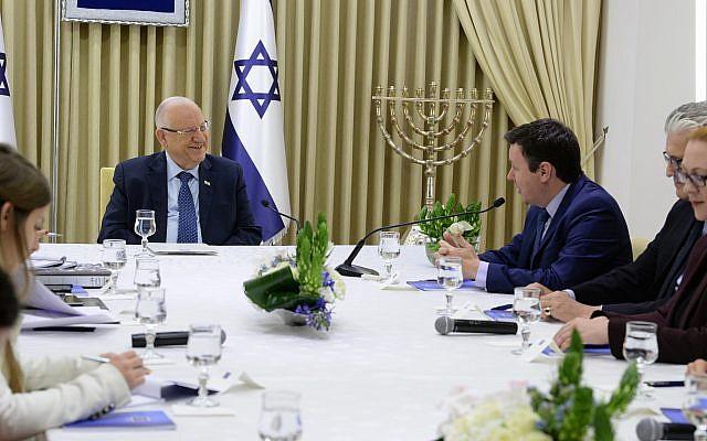 Les membres du parti Yisrael Beytenu rencontrent le président Reuven Rivlin à la résidence du président de Jérusalem, le 16 avril 2019 (Crédit : Mark Neiman/GPO)