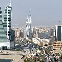 Une vue du quartier d'affaires de Manama, la capitale du Bahreïn. (Crédit : CC-BY Jayson De Leon/Wikimedia Commons)