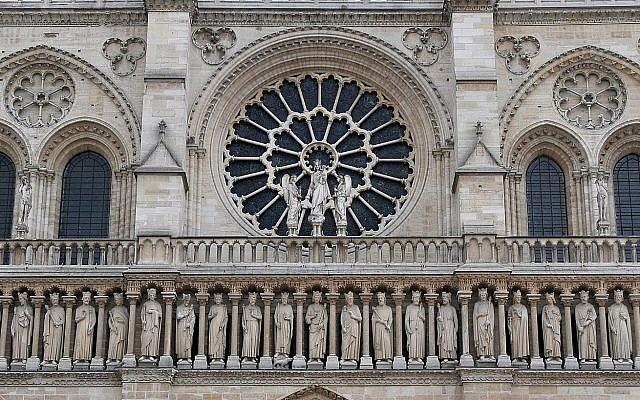 La galerie des rois sur la façade de la cathédrale Notre-Dame (Crédit : CC BY Serge Melki/Wikimedia Commons)