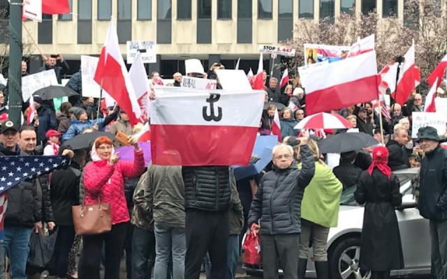 Des ressortissants polonais manifestent à New York contre une loi sur la restitution de biens saisis aux Juifs pendant la Shoah, le 31 mars 2019. (Crédit : Molly Crabapple via JTA)