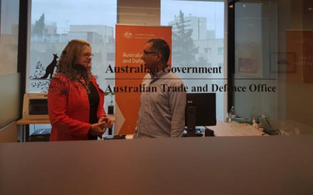 Une diplomate australienne s'entretient avec un collègue israélien dans le nouveau bureau australien de la défense et du commerce à Jérusalem. (Twitter)