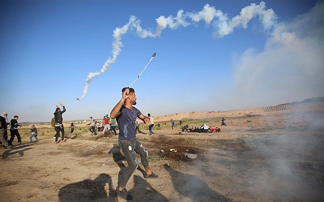 Les Palestiniens lors d'émeutes sur la frontière avec Gaza, le 12 avril 2019 (Crédit : Hassan Jedi/Flash90)