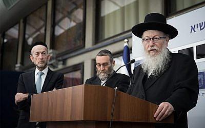 Le leader de Yahadout HaTorah Yaakov Litzman lors d'une conférence de presse après avoir rencontré le président Reuven Rivlin, le 15 avril 2019 (Crédit : Yonatan Sindel/Flash90)