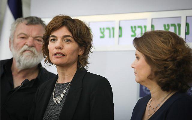 Tamar Zandberg, cheffe du parti du Meretz, lors d'une conférence de presse après avoir rencontré le président Reuven Rivlin à Jérusalem, le 16 avril 2019 (Crédit : Noam Revkin Fenton/Flash90)