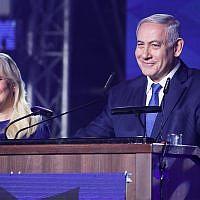 Le Premier ministre Benjamin Netanyahu et son épouse Sara lors des célébrations de victoire du Likud à Jérusalem, le 16 avril 2019. (Crédit : Hadas Parush/Flash90)
