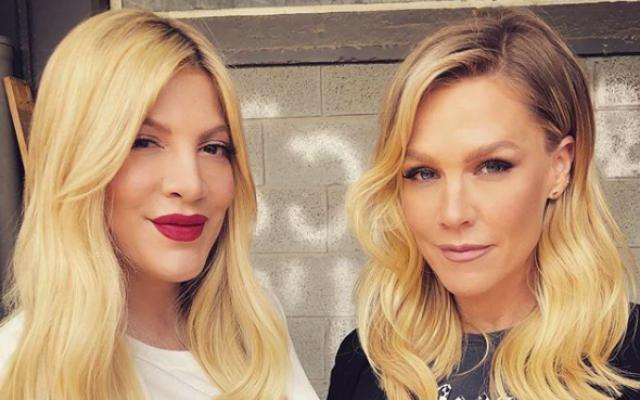 """Les actrices Tori Spelling (gauche) et Jennie Garth de """"Beverly Hills"""" en Israël pour tourner une pub pour Castro Kids (Crédit : Jennie Garth/Instagram)"""
