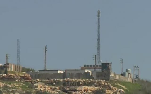 Une antenne placée par le groupe terroriste du Hezbollah dans le sud du Liban, début 2019 (Capture d'écran : Douzième chaîne)