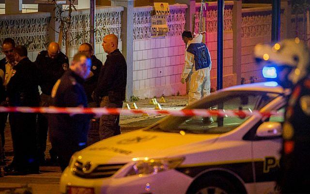 Photo d'illustration : La police sur les lieux d'une fusillade à Netanya, le 28 février 2017 (Crédit : Flash90)